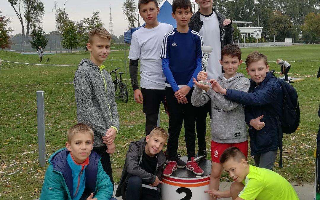 Powiatowe Igrzyska Dzieci wSztafetowych Biegach Przełajowych Dziewcząt  iChłopców 8 x 800m